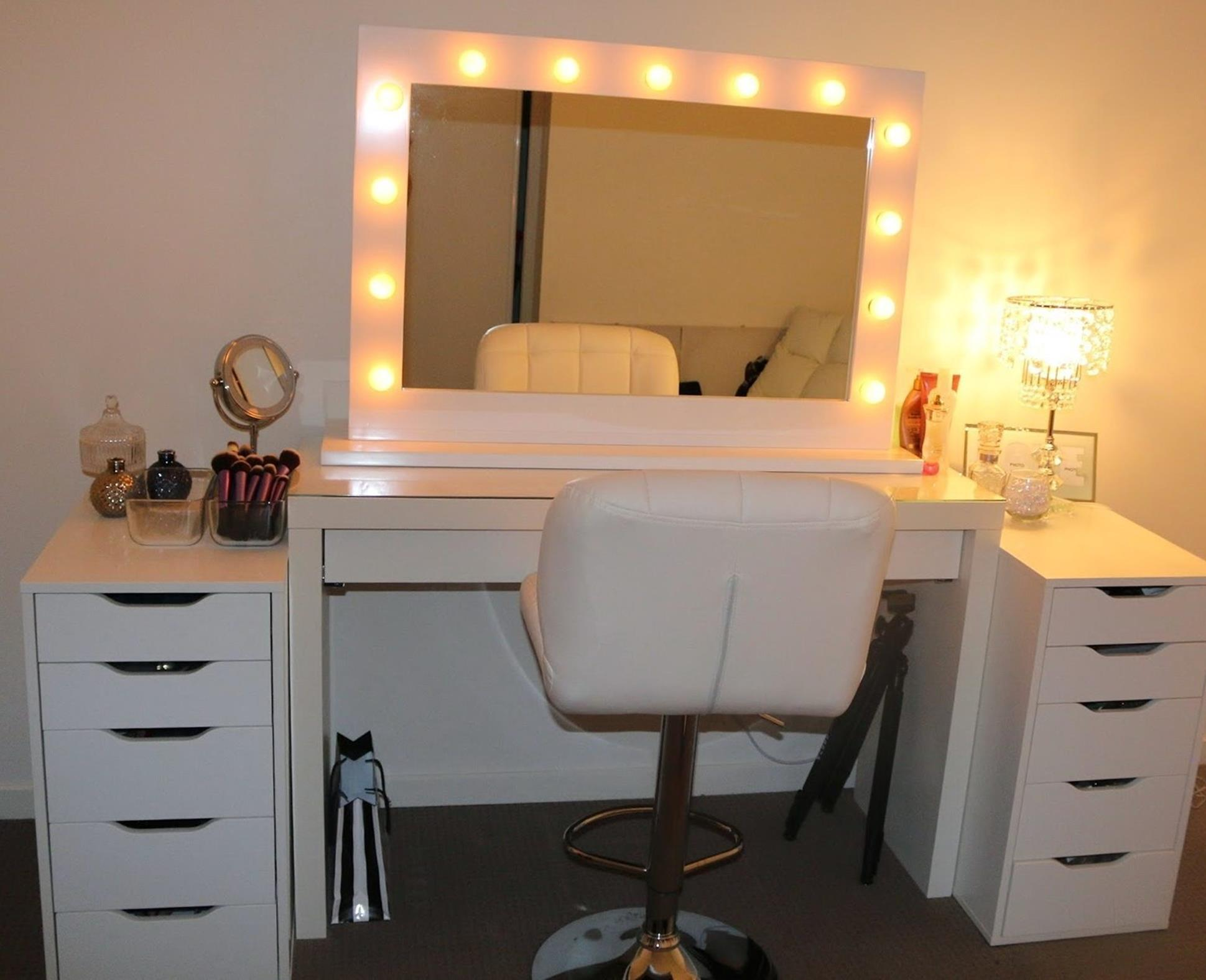 Bedroom Vanity Set With Lights Around Mirror 25 - Gongetech